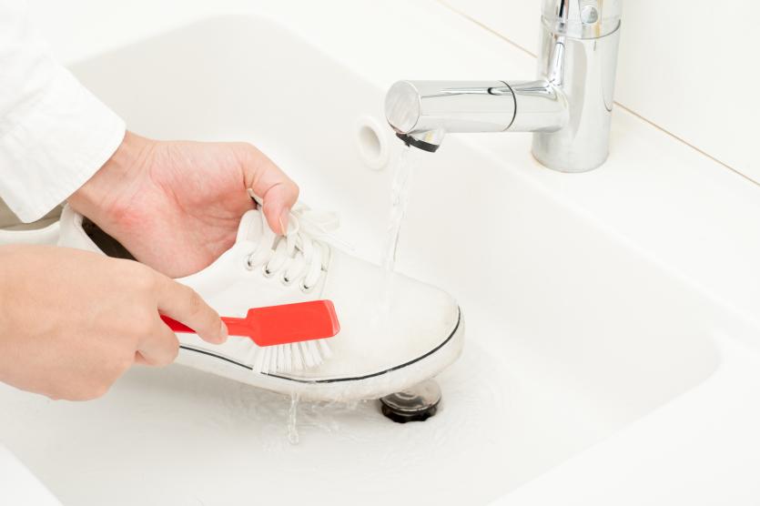 czyszczenie butów pastą do zębów