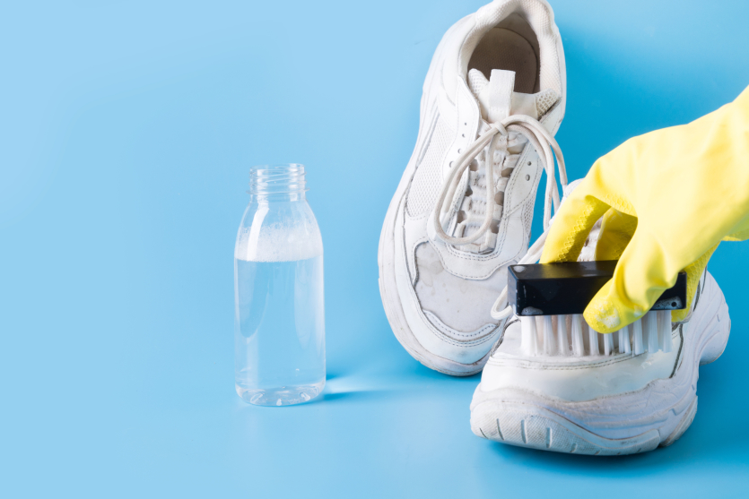 czyszczenie białych butów octem