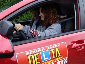 instruktor jazdy samochodem - kursantka podczas szkolenia, Szkoła Jazdy DELTA Adam Wyrowiński, Chojnice
