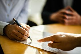 podpisywanie umowy, Grzegorz Gruszka Konsultant ds. Planowania Finansowego, Bielsko-Biała