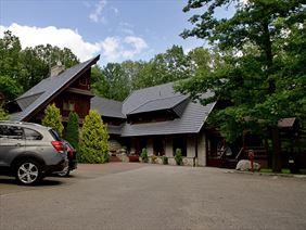 Hotel Walcerek - widok na obiekt i bezpłatny parking, Walcerek. Restauracja. Hotel, Jarocin