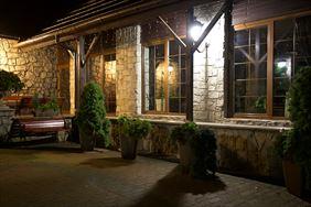 Hotel Walcerek nocą, Walcerek. Restauracja. Hotel, Jarocin
