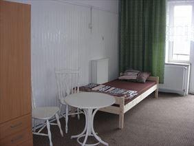 pokój z oknem, Noclegi pracownicze Wojciech Kuźmiński, Łódź