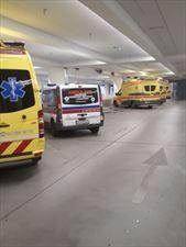 karetki przy parkingu, Piotr-med transport medyczny i sanitarny, Chwalibożyce