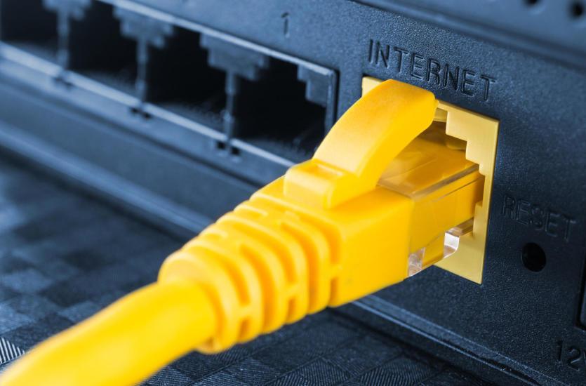 Wi-Fi czy sieć kablowa – które rozwiązanie lepiej sprawdzi się w twojej firmie?