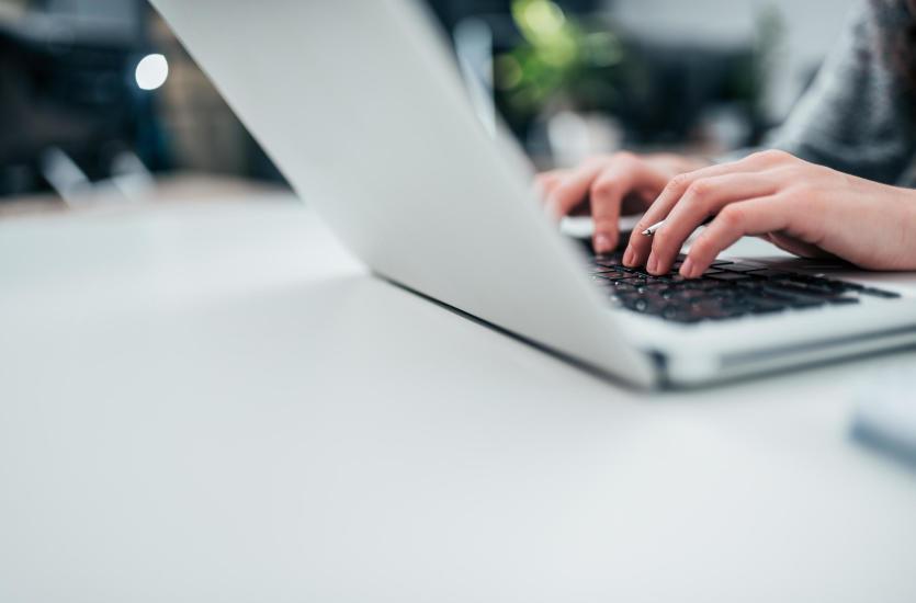 Laptop z metalową obudową – czy warto? Sprawdź opinię fachowców z firmy Abcdeal!