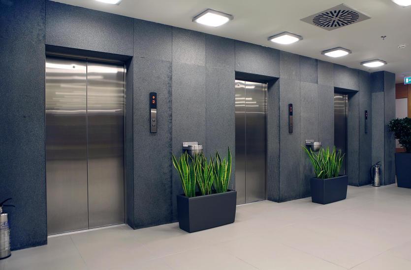 Jak powinien przebiegać montaż windy w budynku wielorodzinnym?