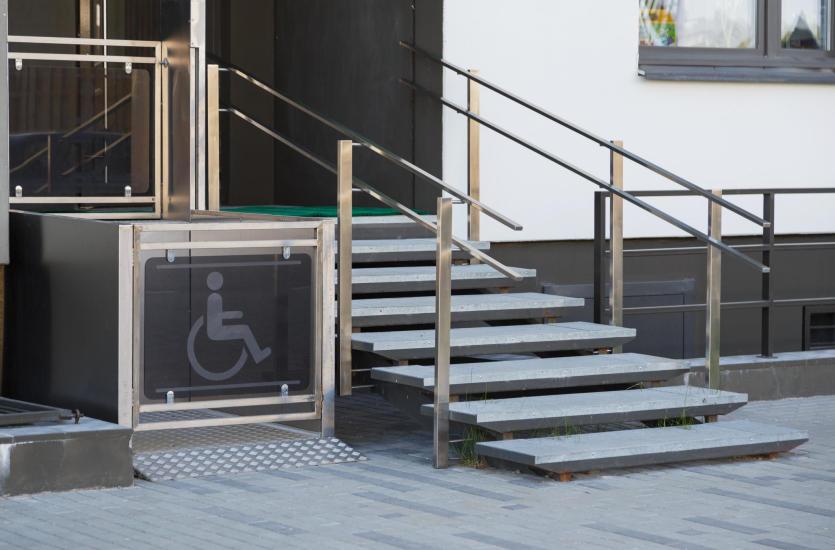 Gdzie muszą znaleźć się platformy dla osób z niepełnosprawnością?