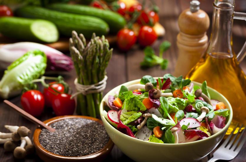 Pomysły na wiosenne sałatki z sezonowych warzyw i owoców