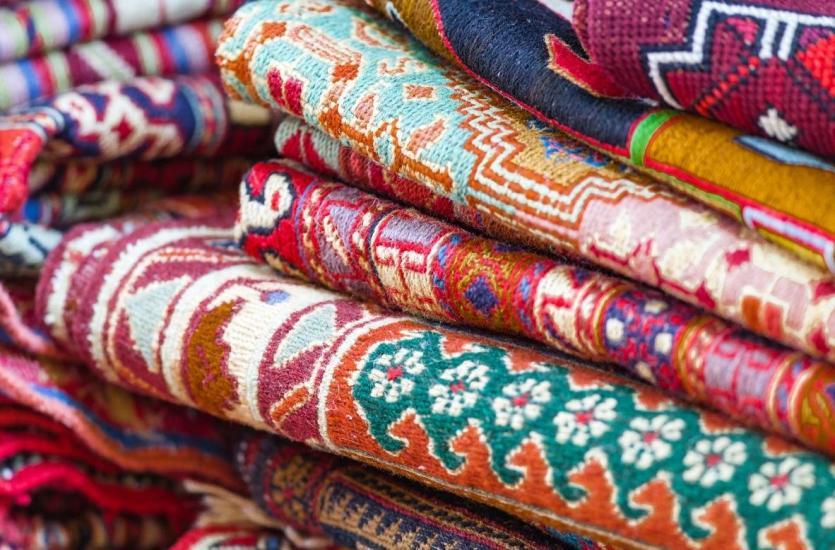 Trzy pomysły na aranżację z dywanem: styl skandynawski, prowansalski czy retro?
