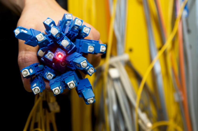 Jakie są największe zalety sieci światłowodowych?