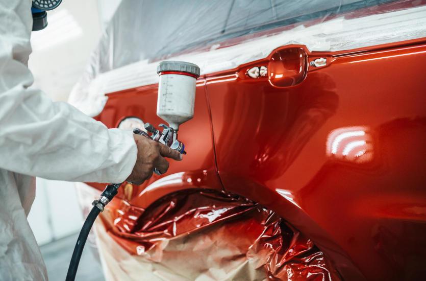 Jak odbywa się lakierowanie samochodu w warsztacie?