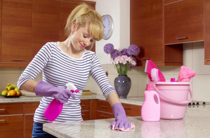 Dlaczego warto wynająć firmę sprzątającą do mieszkania?