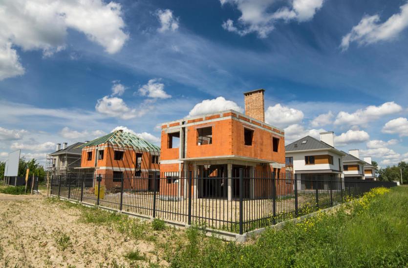 Budowanie domu do stanu surowego lub deweloperskiego