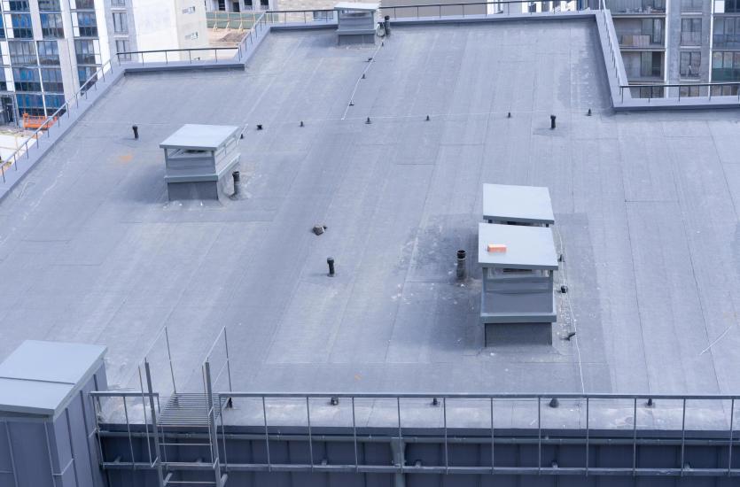 Czy warto montować dachy płaskie w obiektach mieszkalnych?