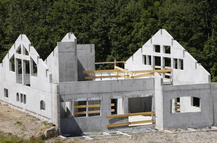 Czym jest stan surowy otwarty przy budowie domu jednorodzinnego?