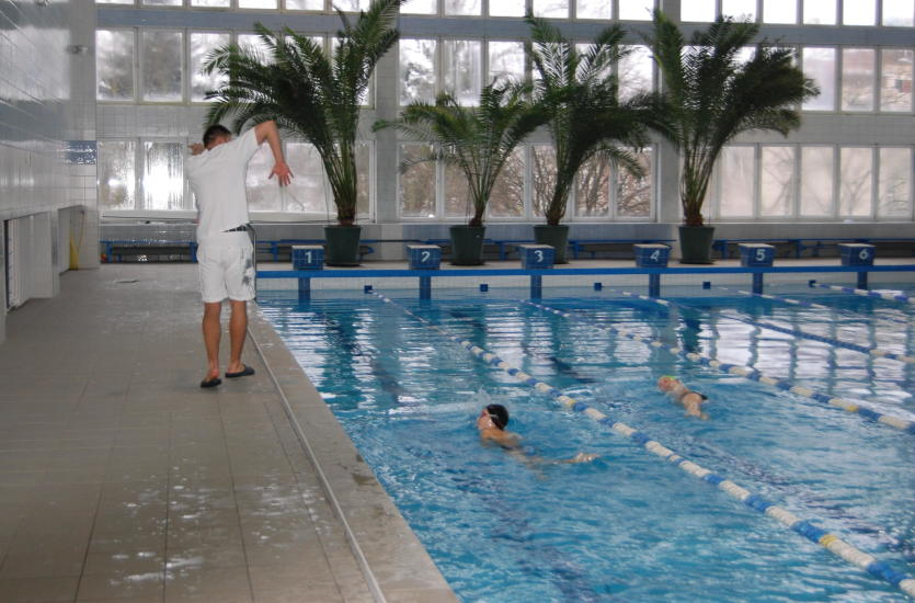Dlaczego warto zapisać dziecko na kurs pływania?