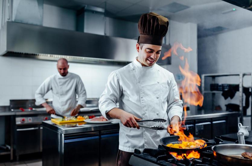 Urządzenia gastronomiczne – w co powinna być wyposażona restauracja?