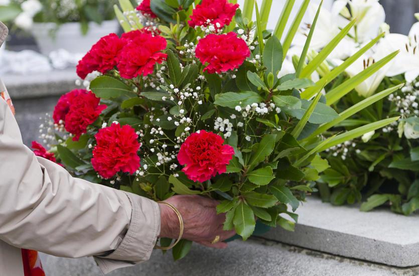 Jakie kwiaty wybrać na pogrzeb – wiązanki pogrzebowe, wieńce czy bukiet?