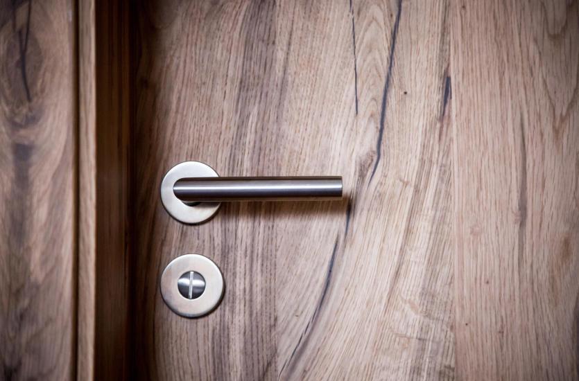 Drzwi drewniane, aluminiowe i z tworzyw sztucznych – jaki materiał wybrać?