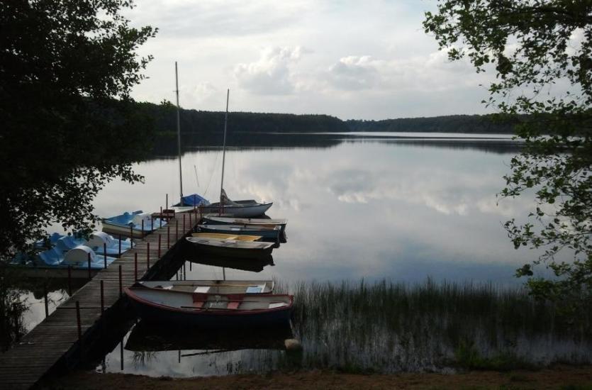 Wypłyń na jezioro – gdzie organizować zielone szkoły?