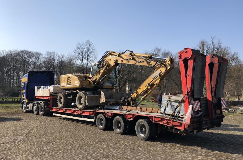 Ogromny Transport maszyn budowlanych i rolniczych – jak robią to fachowcy? EQ99