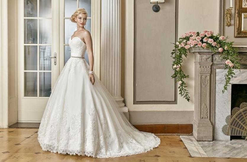 1a32bb3bf8 Jak wygląd kupno sukni ślubnej od renomowanego salonu