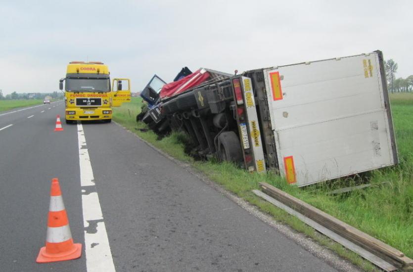 Wyciąganie aut ciężarowych z rowów