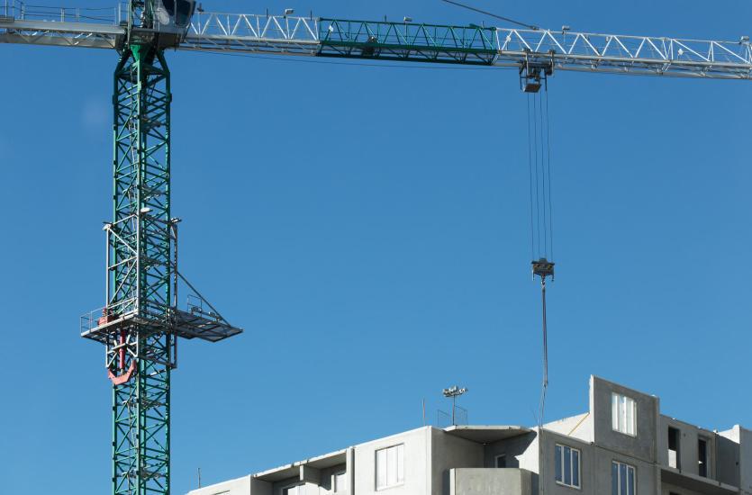 Usługi dźwigowe niezbędne na placu budowy
