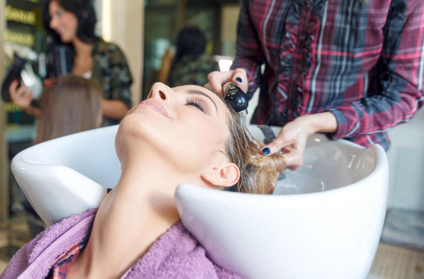 Zabiegi fryzjerskie w renomowanym salonie Dana