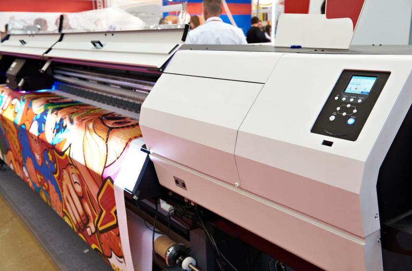 Jak wybrać drukarkę wielkoformatową – cechy drukarek