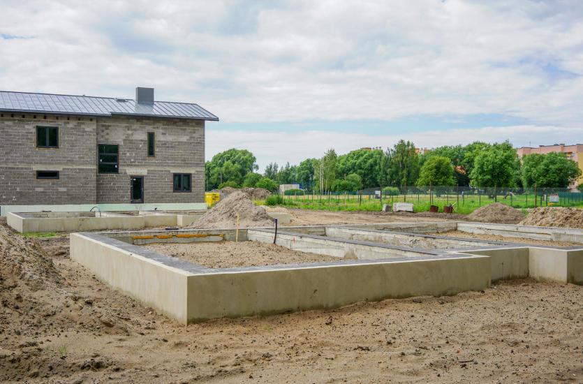 Jak wygląda standardowa procedura stawiania fundamentów domów?