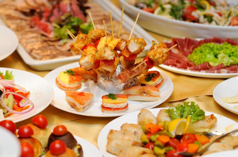 4 rzeczy, na które warto zwrócić uwagę, wybierając usługi cateringowe