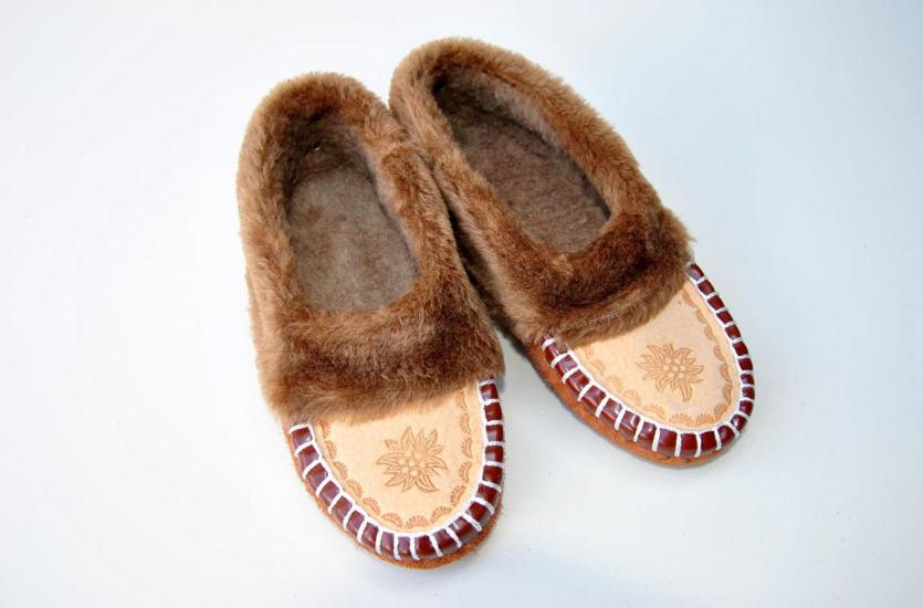 Skórzane pantofle firmy Karpaty – najlepszy prezent na każdą okazję!