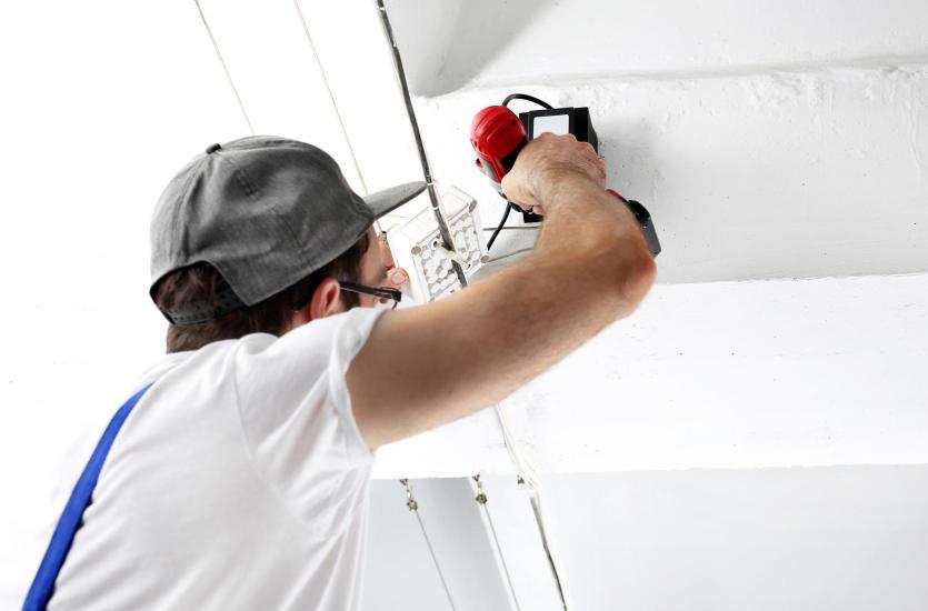 Jak przebiegają prace wdrożeniowe systemów alarmowych i monitoringowych?