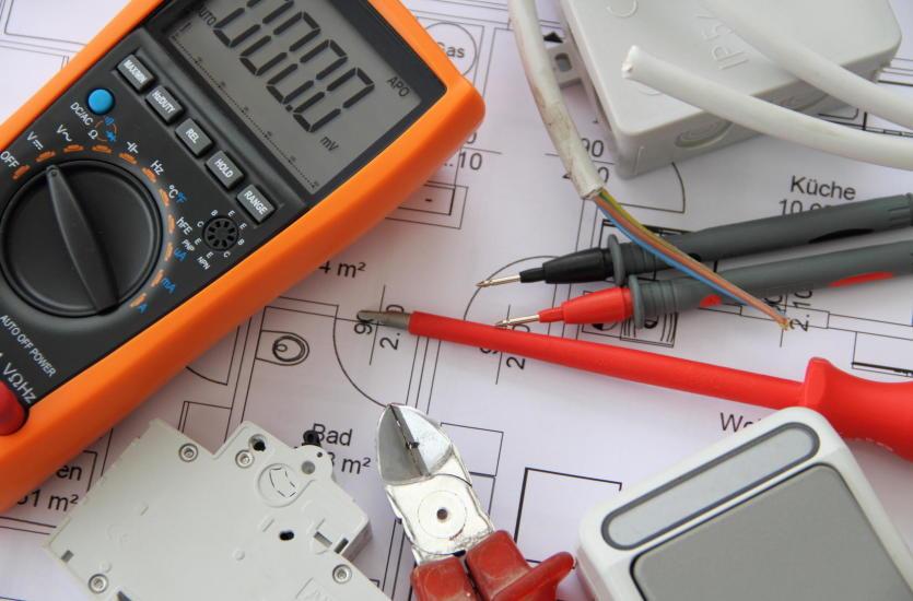 Na czym polega konserwacja instalacji elektrycznej?