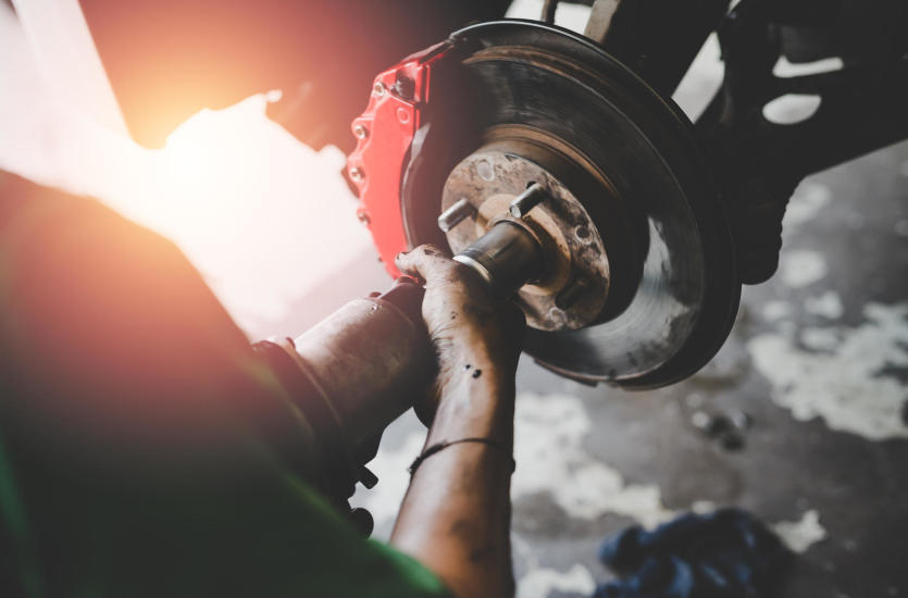 Gdzie wykorzystywane są hamulce pneumatyczne? Jak działają i jak zapobiegać ich awariom?
