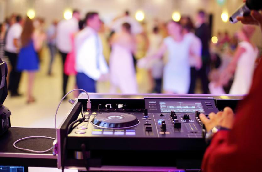 Zespół czy DJ – jaką oprawę muzyczną wesela wybrać?