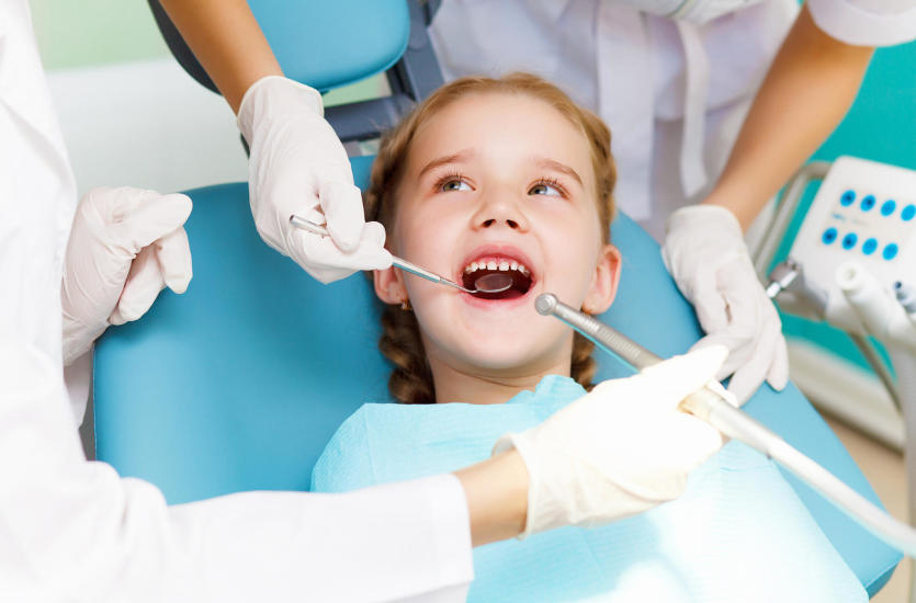 Jak zadbać o zęby dziecka? Specjalistyczne zabiegi stomatologiczne