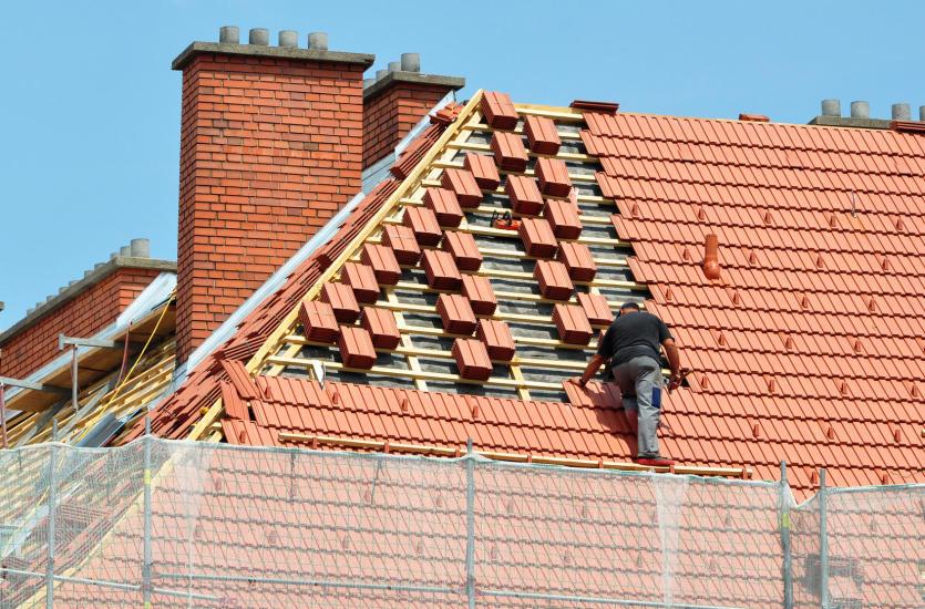 Materiały dekarskie – o czym należy pamiętać konstruując dach?