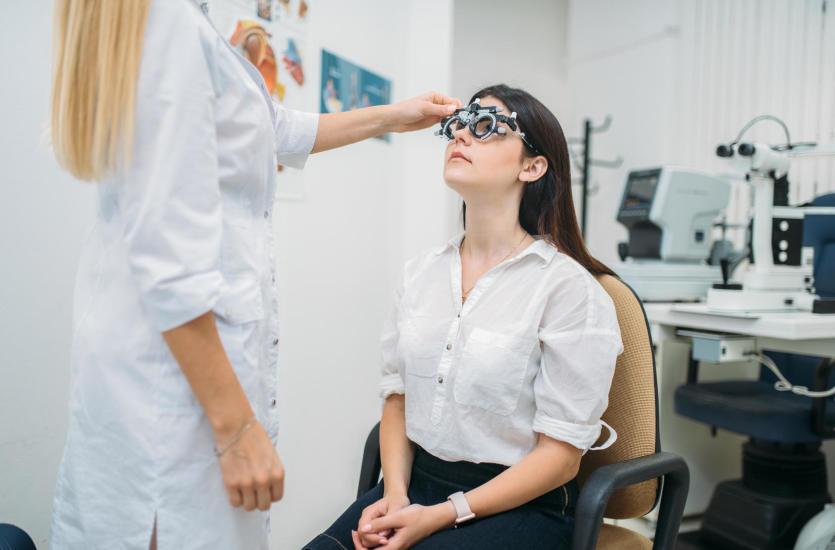 Salon optyczny czy gabinet okulistyczny – gdzie udać się z wadą wzroku?