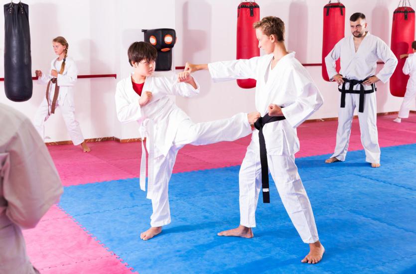Taekwondo i kickboxing – czy sporty związane ze sztukami walki mogą budzić agresję u dzieci?