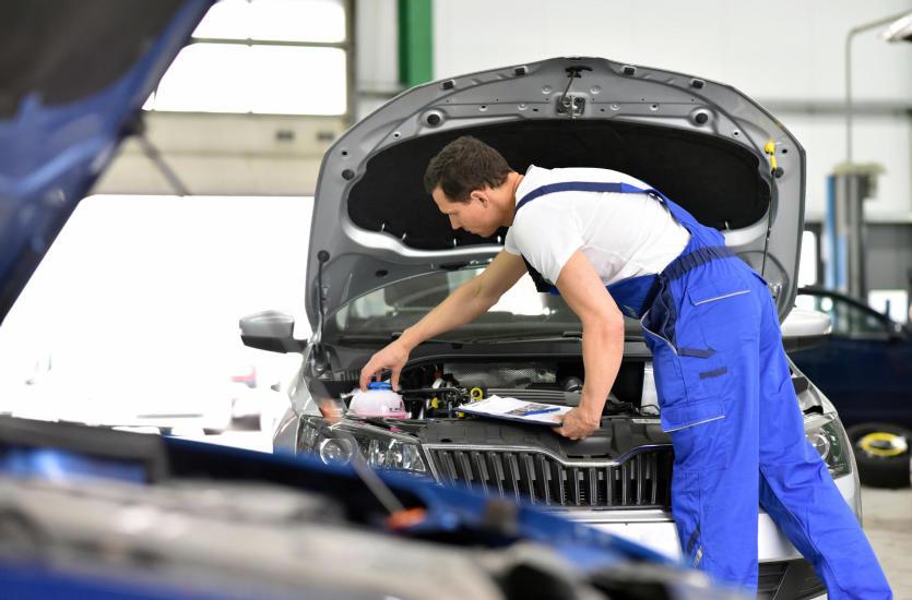 Czym zajmuje się mechanik samochodowy?