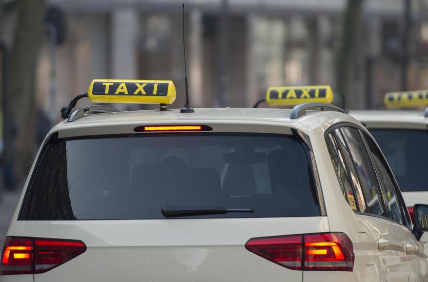 Usługi taksówkarskie miejskie vs pozamiejskie