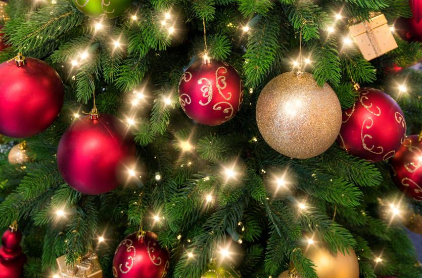 Zalety sztucznych choinek bożonarodzeniowych