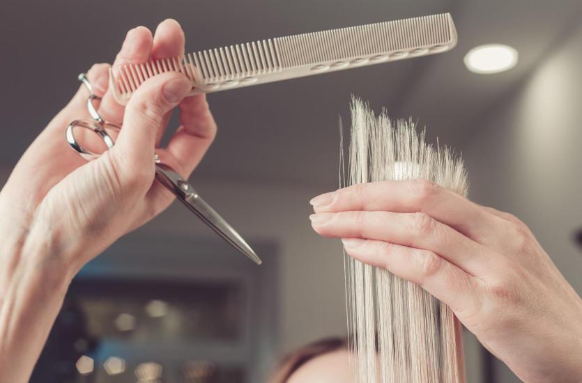Jak prawidłowo obcinać końcówki włosów, aby były zdrowe i nie się wykruszały?