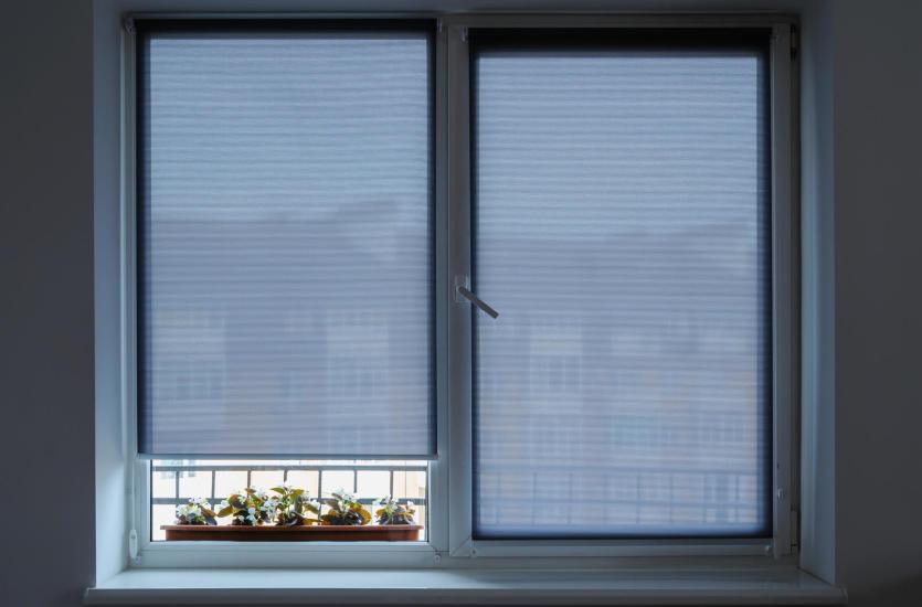 Estetyczne zabezpieczenie okien – rolety zewnętrzne natynkowe
