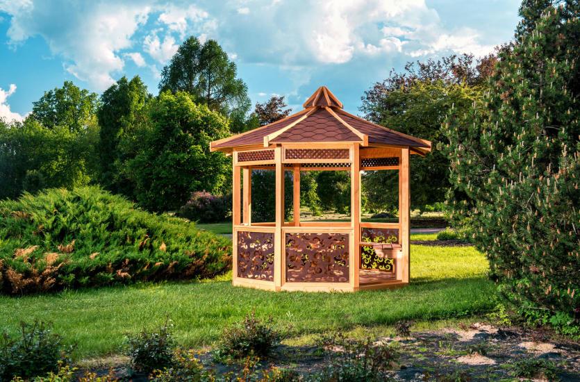 Drewniana altana w ogrodzie