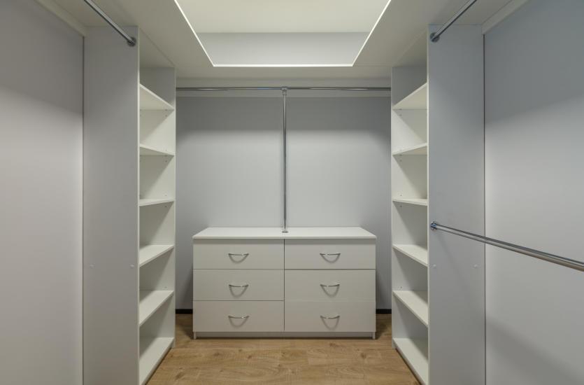 Garderoba na wymiar. Jak zaprojektować ją tak, żeby była i funkcjonalna i estetyczna?