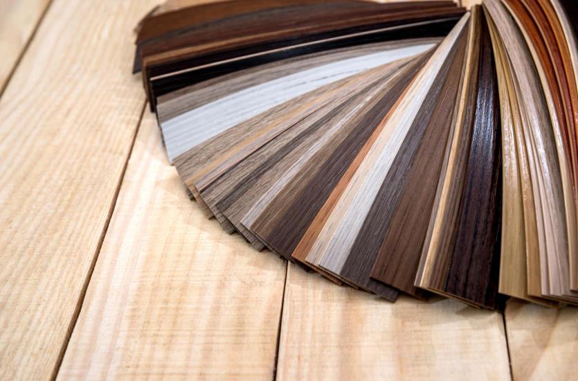 Jakie są najpopularniejsze kolory mebli wykonanych z litego drewna?
